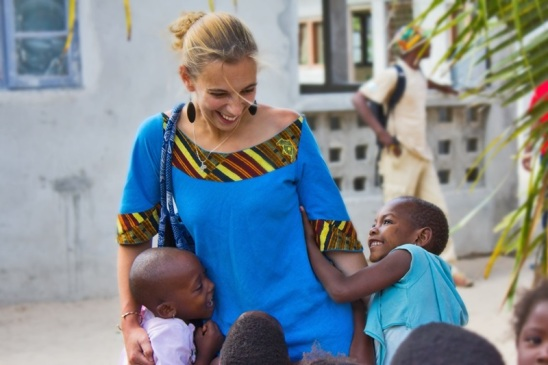 volunteer-at-orphanage-in-africa.800