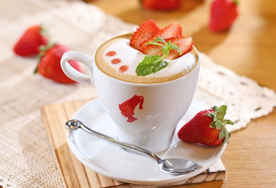 6988_Fresh-summer-coffee-with-strawberry-and-mint