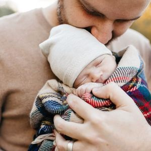 acc9947707867ee95f79708cdc12fc40--newborn-and-dad-dad-and-newborn-photos